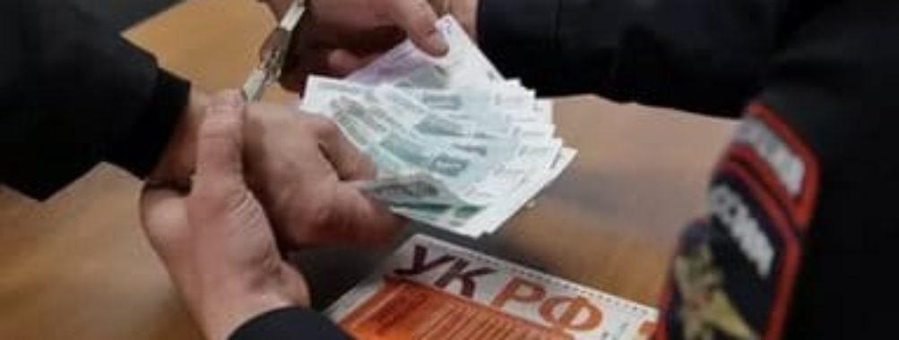 Инспектор УФМС ожидает наказания по обвинению во взяточничестве