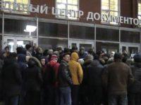 Ждали всю ночь. В Петербурге мигранты сутками не могут попасть на прием в ЕЦД